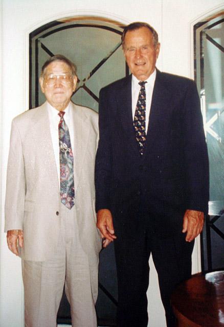公司专家牛满江教授与美国前总统布什合影