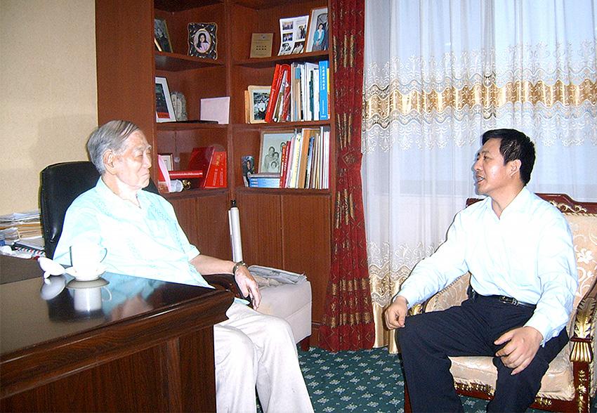 牛满江教授与我公司领导亲切交谈