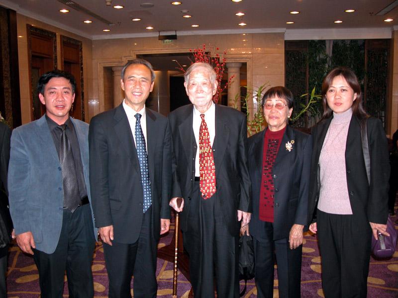 贾连朝副省长与牛满江教授夫妇、公司董事长、总经理合影
